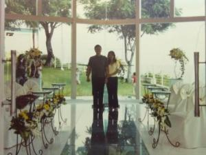 Pengantin baru berpose di wedding chapel hotel :)