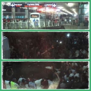 Ribuan massa berkumpul di sekitar bandara, menaiki tank baja